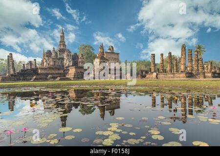 Buddha-Statue im Wat Mahathat in Sukhothai historischen Park, Thailand - Stockfoto