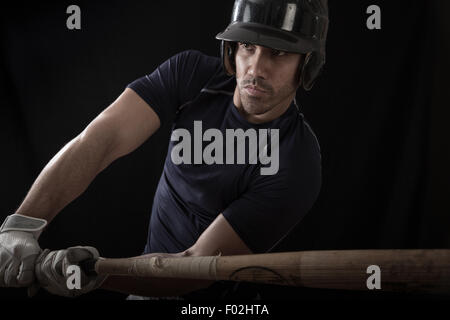 Porträt eines Baseball-Spieler einen Schläger schwingen - Stockfoto