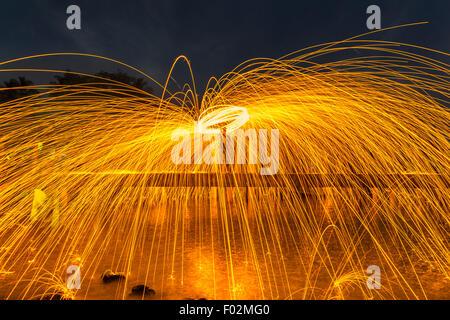 Menschen das Feuer tanzen mit Stahlwolle - Stockfoto