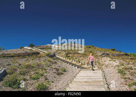 Junge zu Fuß Schritte - Stockfoto