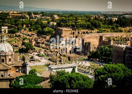 Drei Säulen der Tempel des Castor und Pollux auf dem Forum Romanum. - Stockfoto