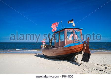 blaue fischerboot an der ostsee strand heringsdorf insel. Black Bedroom Furniture Sets. Home Design Ideas