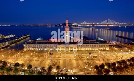 Ferry Building und Bay Bridge bei Nacht beleuchtet in San Francisco, Kalifornien - Stockfoto