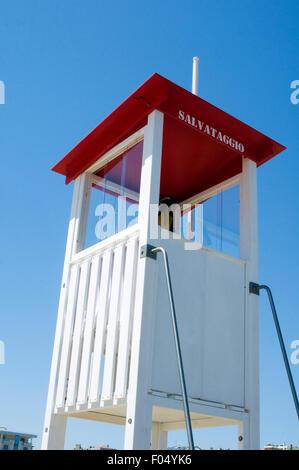 Leben Wache Rettungsschwimmer Wachen Rettungsschwimmer auf Pflicht Uhr Turm Türme Sicherheit am Strand schwimmen im Meer schwimmen Schwimmer Sicherheit geschult Stockfoto