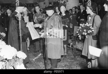 Churchill, Winston, 30.11.1874 - 24.1.1965, britischer Politiker (Cons.), der die Niederlande besucht, mit den Prinzessinnen - Stockfoto