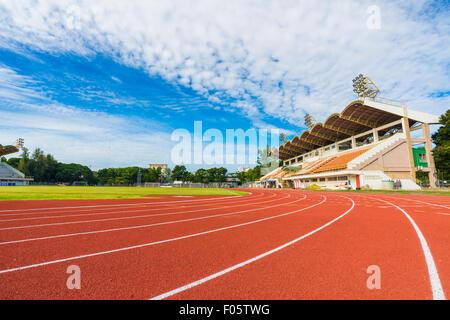 Laufstrecke im Stadion gegen Blusky, bunten sport - Stockfoto