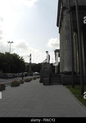 """Morgens Schatten Porträt """"Stein Guide"""" Obelisk, Arbeiter Statue Holding Rad auf Sockel, Palast der Kultur und Wissenschaft, - Stockfoto"""