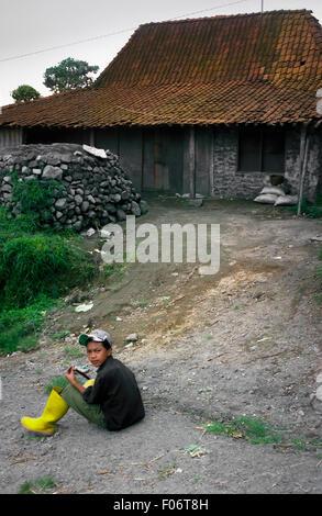 Lokalmatador vor Landhaus am Fuße des Merapi Berg. - Stockfoto