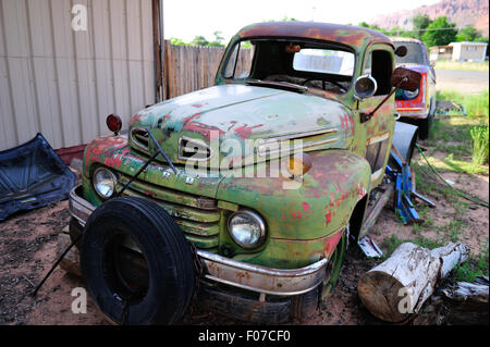 Ein Alter Ford LKW sitzt auf einem Schrottplatz in Amerika erwartet es ist Schicksal. - Stockfoto