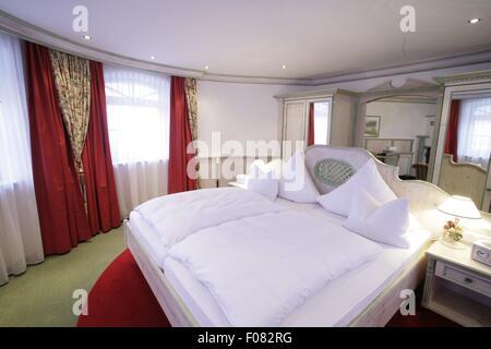 Interieur der Zimmer im Hotel Bayerischer Hof, München, Deutschland ...