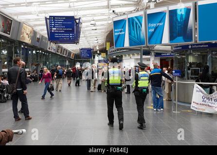 britischen Transportpolizei patrouillieren Manchester Piccadilly Railway station England UK - Stockfoto