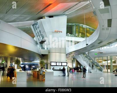Besucher im Eingangsbereich in der BMW Welt, München, Deutschland - Stockfoto