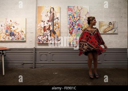 Frau stand vor Gemälden, New York, USA - Stockfoto