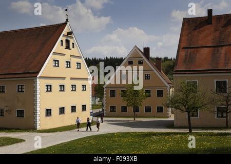Menschen zu Fuß neben Stauden Kloster in Augsburg, Bayern, Deutschland - Stockfoto