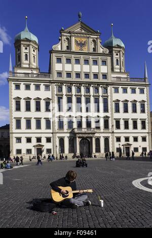 Mann, die Gitarre vor Augsburger Rathaus in Augsburg, Bayern, Deutschland - Stockfoto