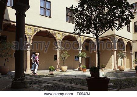 Touristen im Damenhof in Maximilian Straße, Augsburg, Deutschland - Stockfoto