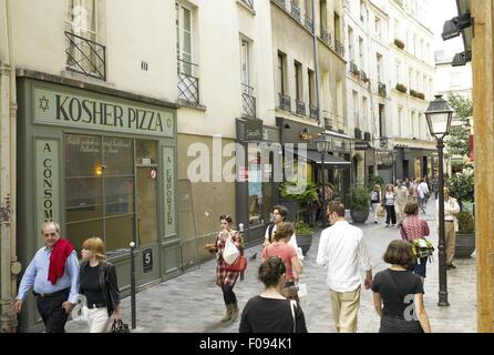 Menschen gehen auf der Straße in der Nähe von Kosher Pizza in Marais, Paris, Frankreich - Stockfoto
