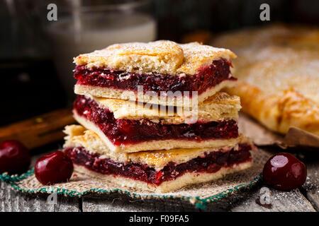 Leckere hausgemachte Kuchen, gefüllt mit süßen Kirschen - Stockfoto