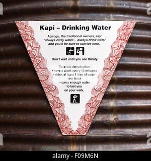 Wasser Tank Schild am Kulturzentrum in Uluru-Kata Tjuta National Park empfiehlt trinken 1 Liter pro Stunde, um Austrocknung - Stockfoto