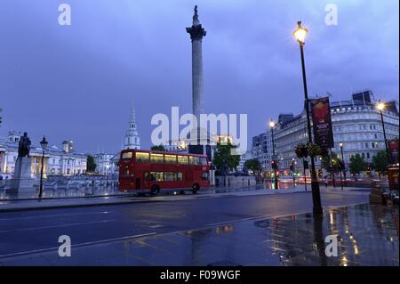 Blick auf den Trafalgar Square, St. Martin-in-the-Fields und Nelson Säule, London, UK - Stockfoto