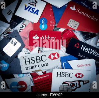 Debit- und Kreditkarten zerschnitten - Stockfoto