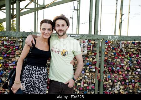 Paar sich gegen Liebe Schlösser an der Hohenzollernbrücke, Köln - Stockfoto