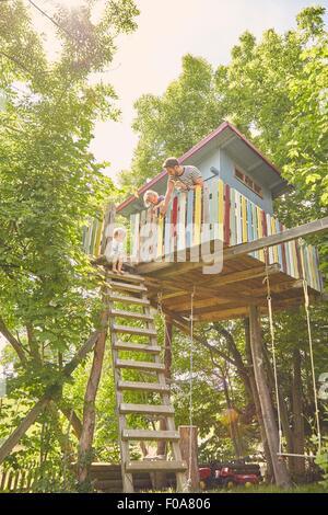 Vater und zwei Söhne, Malerei Baumhaus - Stockfoto