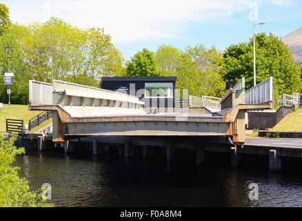 Swing Bridge an der Unterseite der Neptune's Canal lock system auf dem Caledonian Canal, Schottland öffnen. Ben - Stockfoto