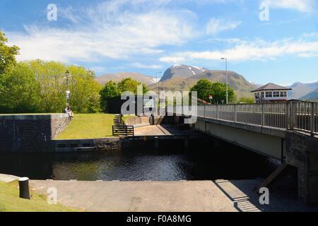 Swing Bridge an der Unterseite der Neptune's Canal lock system auf dem Caledonian Canal in Fort William, Schottland. - Stockfoto