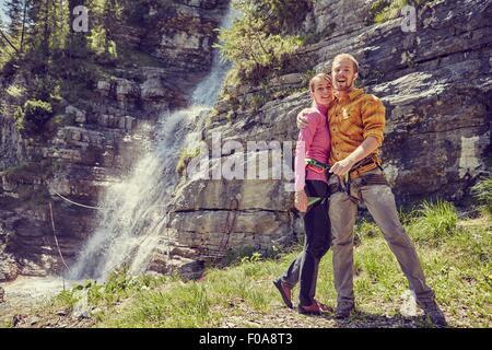 Kletterer umarmt, Wasserfall im Hintergrund, Ehrwald, Tirol, Österreich - Stockfoto