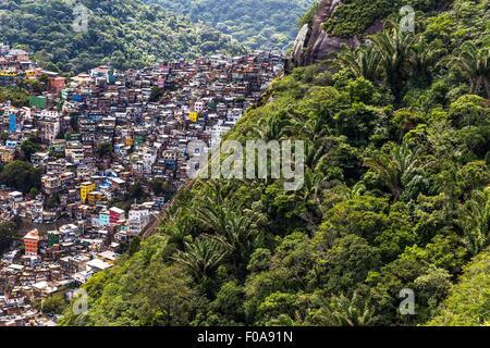 Erhöhte Ansicht von Rocinha von Pedra Dois Irmãos, Rio De Janeiro, Brasilien - Stockfoto