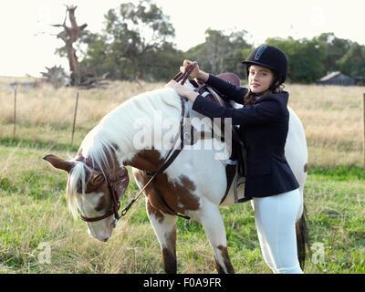 Porträt von Teenager-Mädchen Pferd wird vorbereitet - Stockfoto