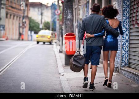 Paar zu Fuß entlang zusammen, hintere Straßenansicht - Stockfoto