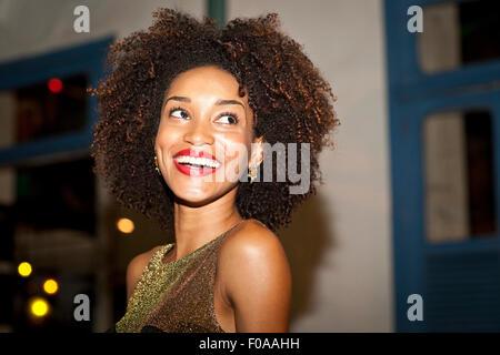 Porträt der jungen Frau, in bar, Lächeln - Stockfoto