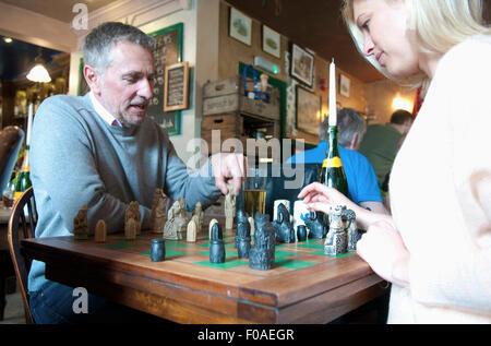 Paar beim Schachspiel im pub