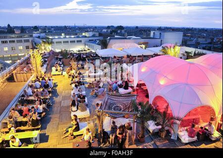 Menschen Essen im Terrassenrestaurant in Prenzlauer Berg, Berlin, Deutschland - Stockfoto