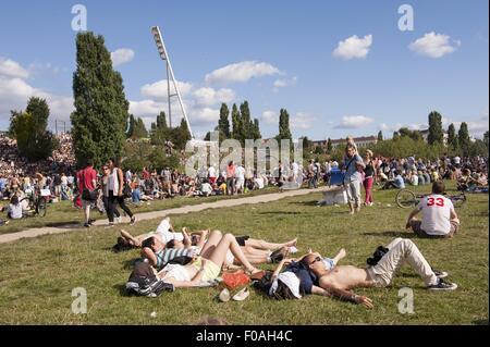 Menschen im Mauerpark am Prenzlauer Berg, Berlin, Deutschland - Stockfoto