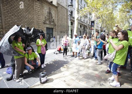 Künstler, die Durchführung während Zuschauer auf La Rambla, Las Ramblas in Barcelona, Spanien - Stockfoto