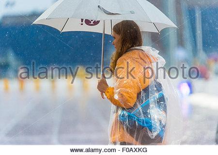 Toronto, Kanada. 10. August 2015. Die Freiwilligen im Track: Heavy Regen hielt die meisten Zuschauer unter dem Deckmantel - Stockfoto
