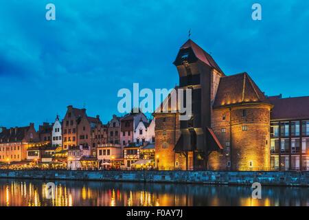 Blick auf die Mottlau zum alten Kran Tor bei Nacht, Danzig, Pommern, Polen, Europa - Stockfoto
