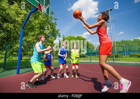 Jugendliche spielen Basketball-Spiel am Boden - Stockfoto