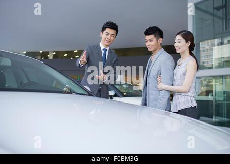 Junges Paar Auswahl Autos im showroom - Stockfoto