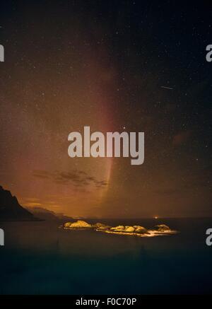 Aurora Borealis verschwinden über Meereshorizont, Reine, Norwegen - Stockfoto
