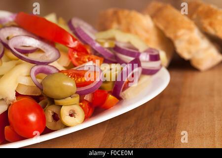 Salat aus frischem Gemüse mit Toast auf hölzernen Hintergrund - Stockfoto