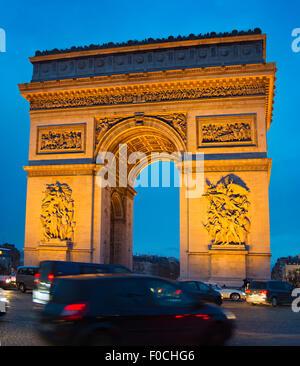 Verkehr auf Paris Straße vor Triumph Arch Paris - Stockfoto