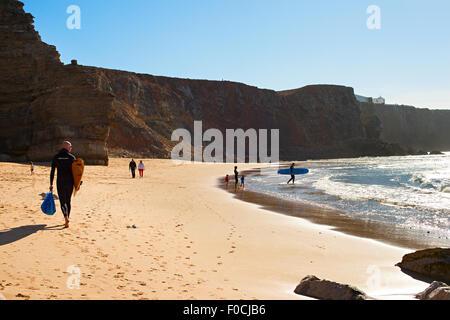 Surfer am Strand. Portugal ist eines der besten Surf-Szenen in Europa - Stockfoto