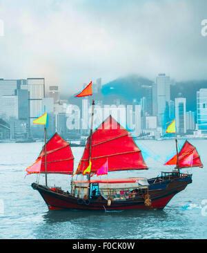 Symbol von Hong Kong - traditionelle hölzerne Segelschiff im Hafen von Victoria. - Stockfoto