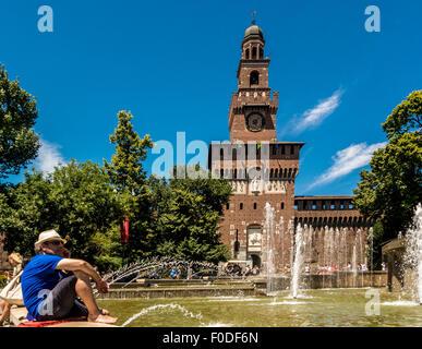 Touristen, die Abkühlung am Brunnen am Castello Sforzesco. Mailand, Italien - Stockfoto