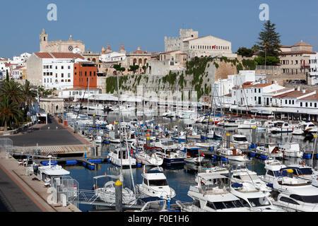 Blick über Hafen und Ayuntamiento de Ciutadella, Ciutadella, Menorca, Balearen, Spanien, Europa - Stockfoto