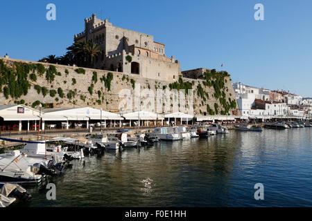Blick über Ayuntamiento de Ciutadella und Hafen von Ciutadella, Menorca, Balearen, Spanien, Europa - Stockfoto